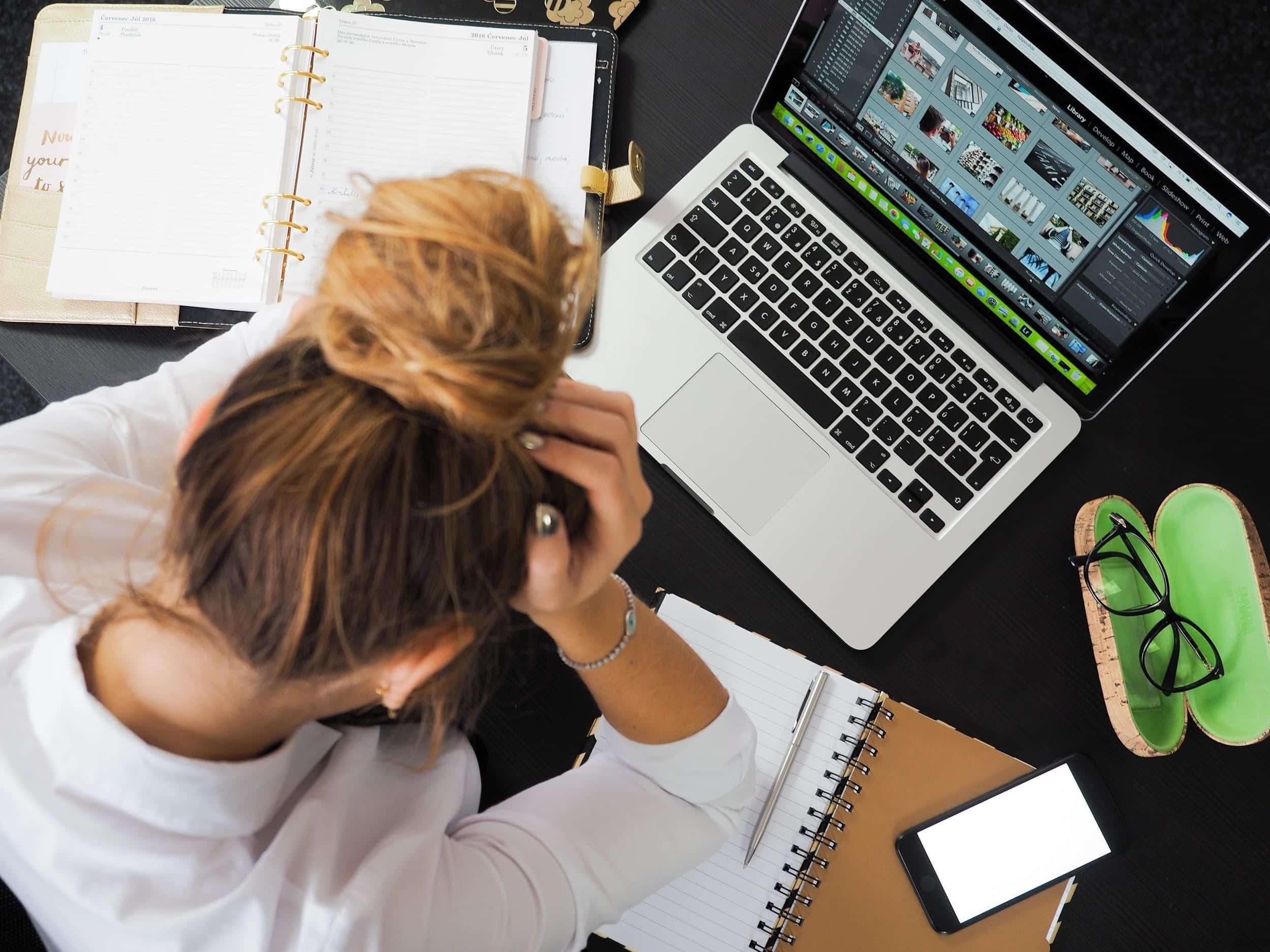 Vrouw aan computer