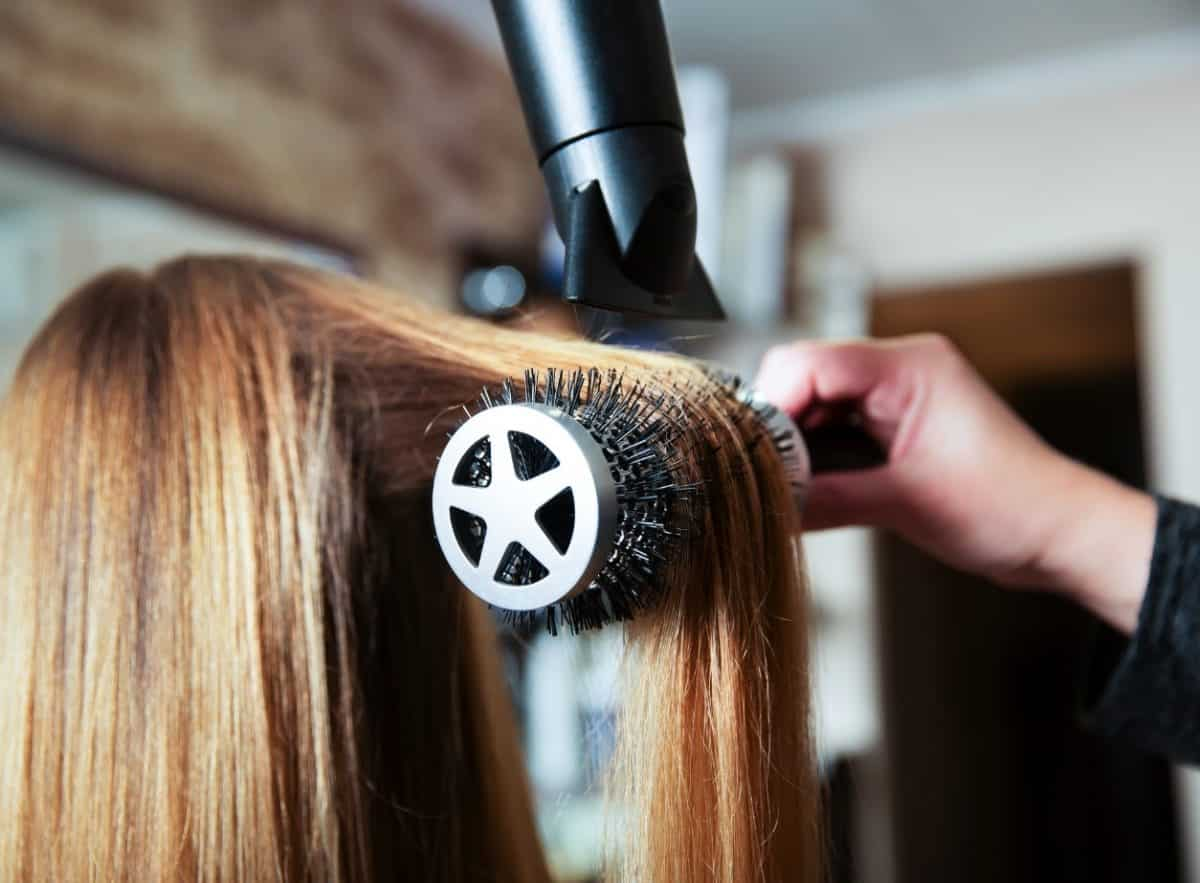 Mobiler Friseur bei der Arbeit