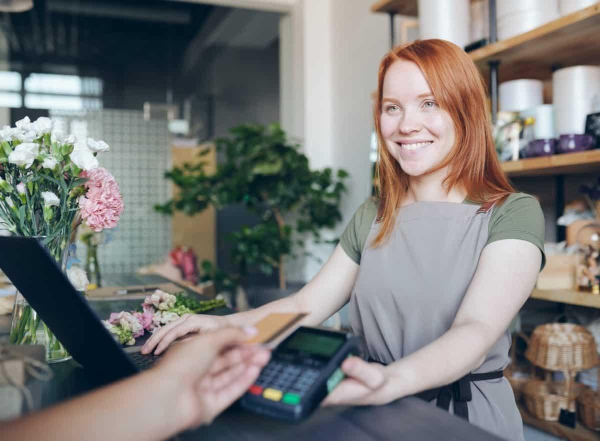 Händlerin nimmt Kartenzahlung an