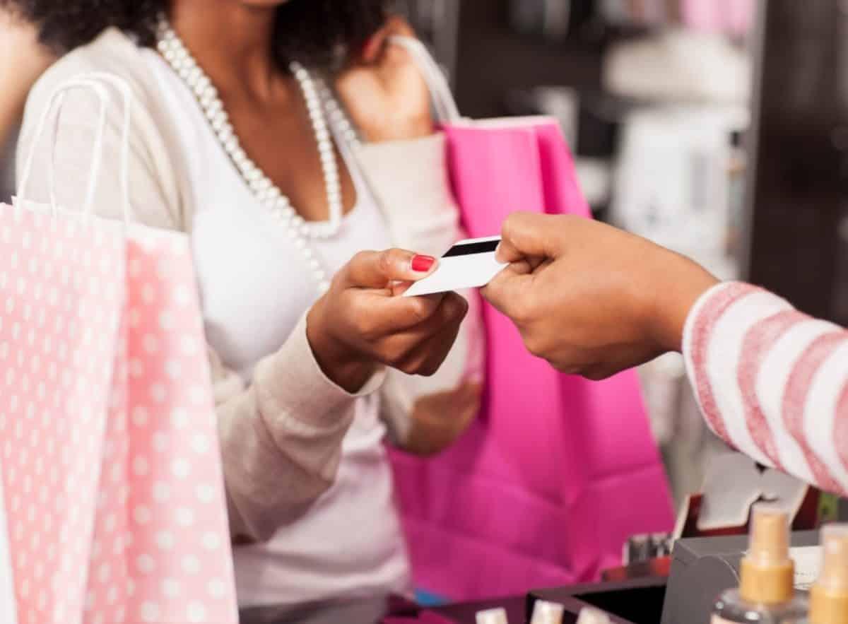 Kunde bezahlt im Einzelhandel mit Karte