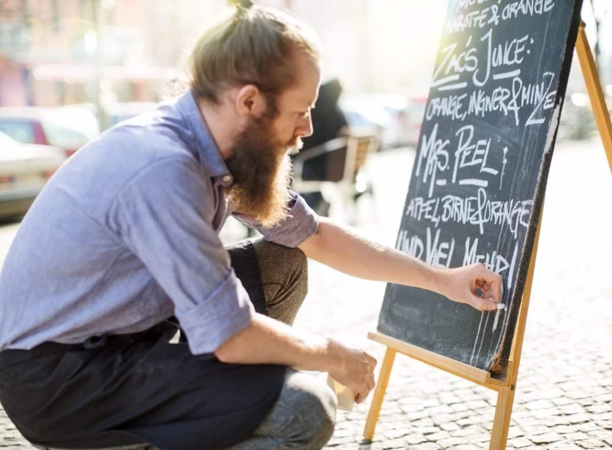 Mit Außenwerbung lässt sich der Umsatz für Restaurant oder Café steigern.