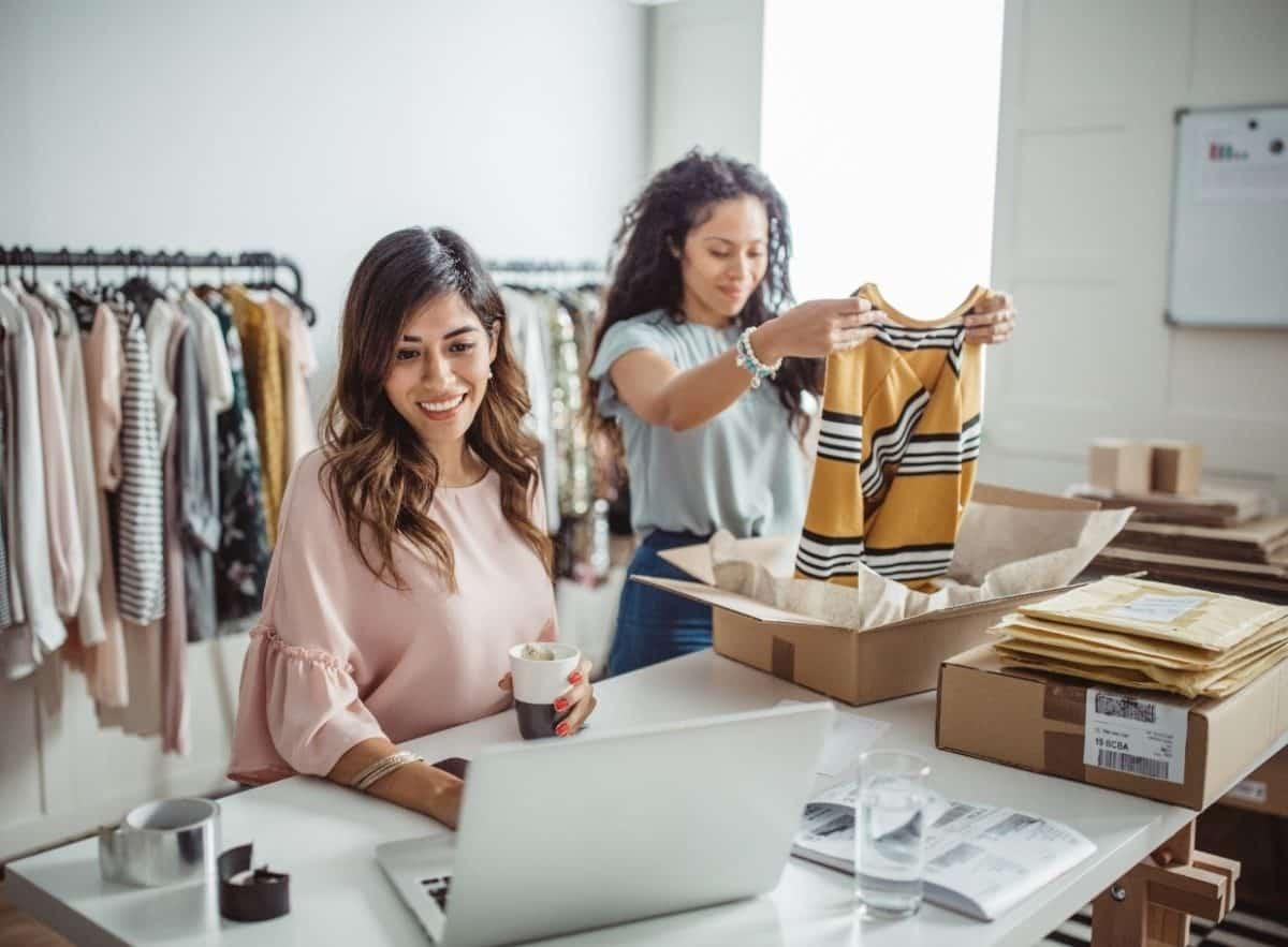 Digitalisierung im Einzelhandel: Unternehmerinnen versenden Ware.