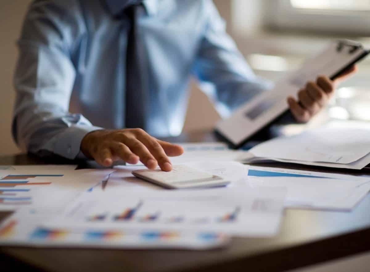 Einzelhändler kalkuliert seine Verkaufspreise.