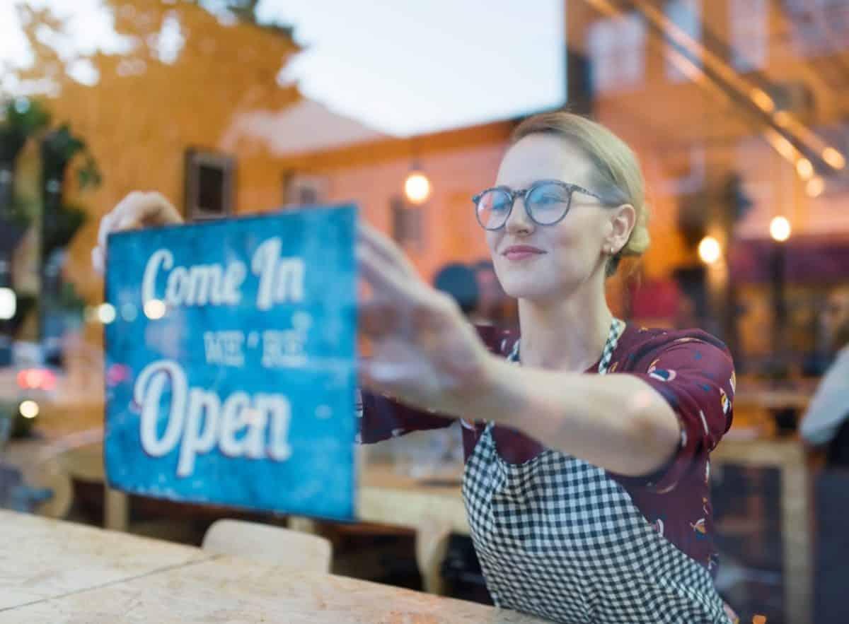Voller Stolz ein eigenes Café eröffnen