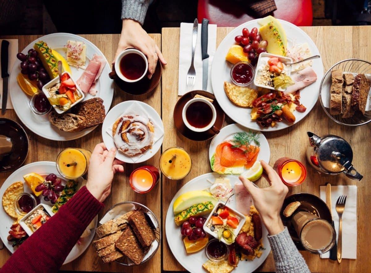 Vielfältige Auswahl an Speisen in einem Restaurant