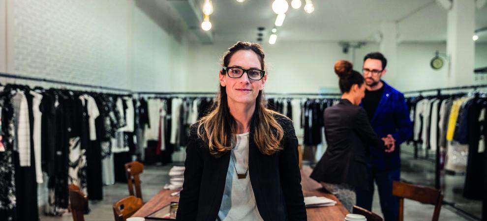 jonge ondernemer in haar kledingzaak